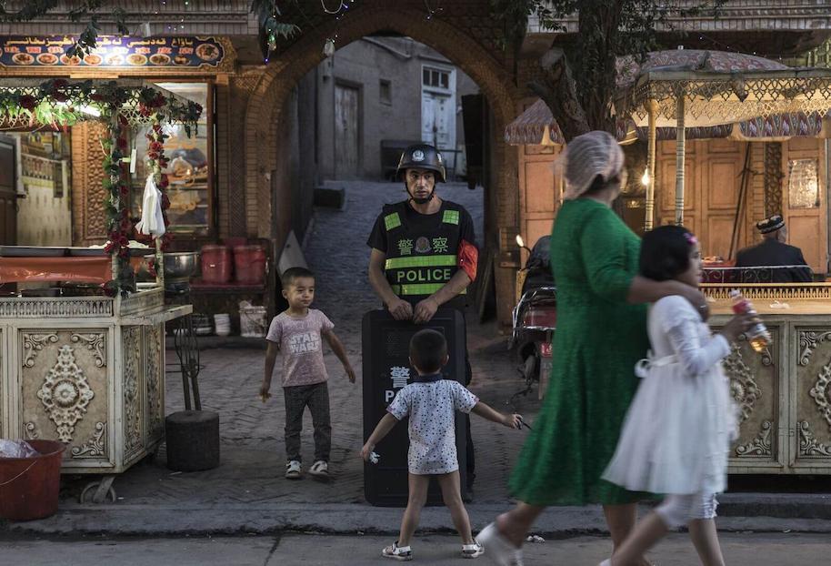 Poliisi valvomassa uiguurikaupungissa