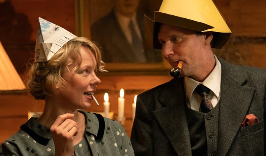 Alma Pöysti esittää Tove Janssonia, uotsalainen Shanti Roney näyttelee ahvenanmaalaista Atos Wirtasta.
