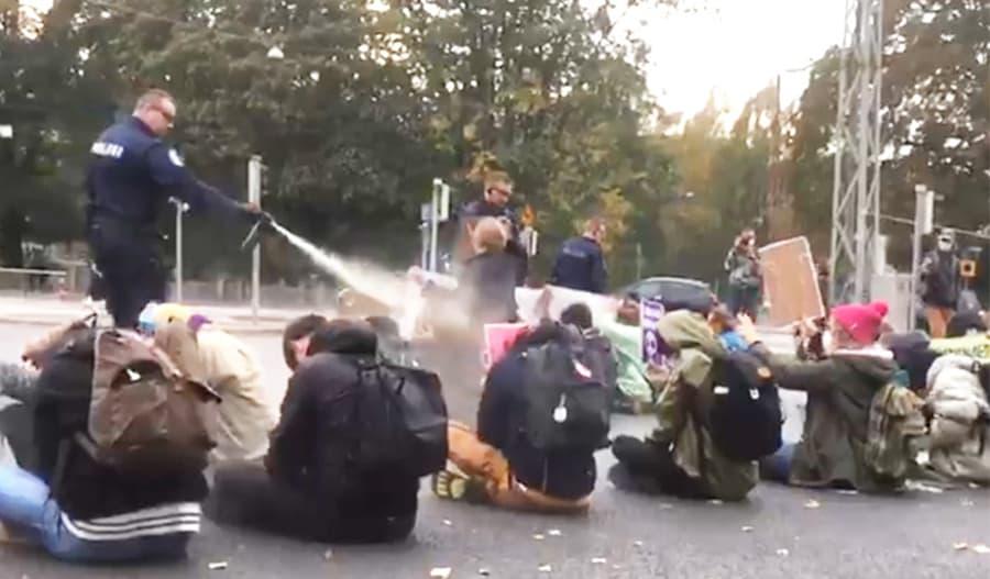 Kuva Elokapinan mielenosoituksesta lokakuun 2020 alusta, jossa poliisi käytti kaasusumuttimia rauhanomaisia mielenosoittajia vastaan.