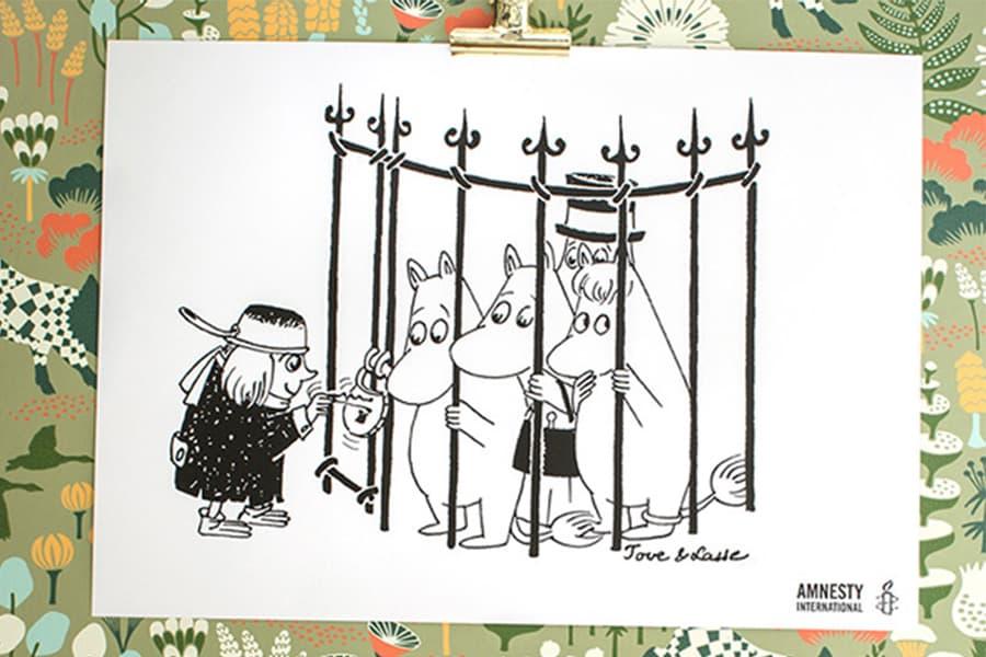 Kuva Muumi-julisteesta, jossa muumiperhe on telkien takana ja hahmo on avaamassa lukkoa vapauttaakseen heidät.