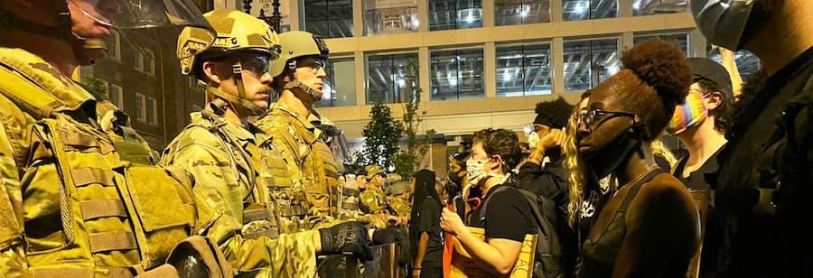 Black Lives Matter-mielenosoituksessa poliisien ja mielenosoittajien välissä