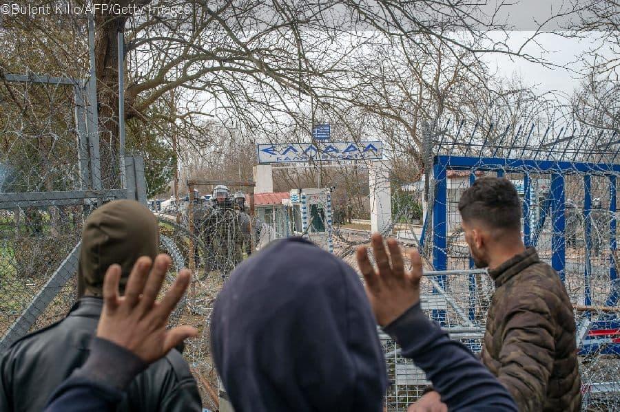 Siirtolaiset yrittävät puhua kreikkalaisille rajanvartioille Turkin ja Kreikan rajalla