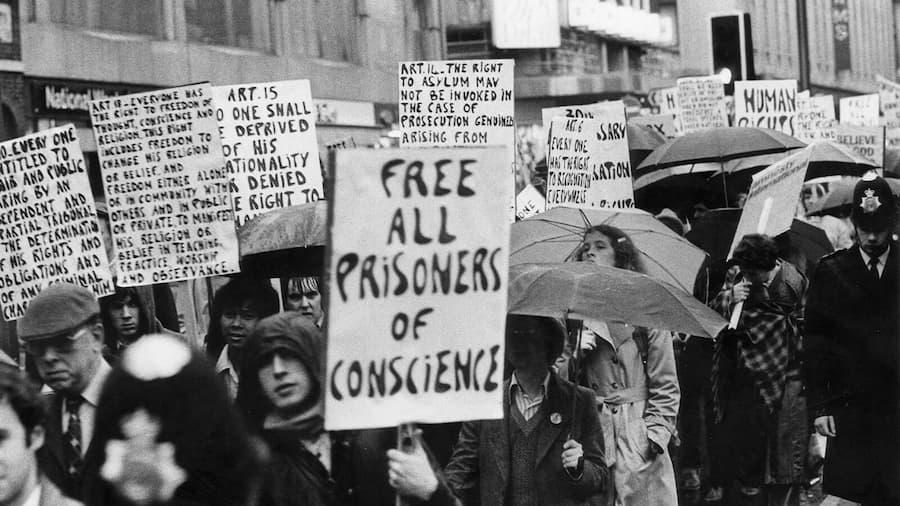 Ihmisoikeuksien päivän marssi Lontoossa 1978. Kyltissä vaaditaan kaikkien mielipidevankien vapauttamista.
