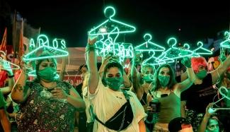 Ihmisiä juhlistamassa abortin laillistamista Argentiinassa 2020
