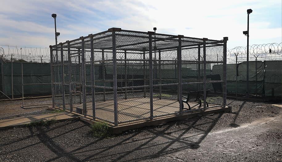 Guantanamo Bayn vankileirin piha-alueella oleva kalterirakennus.