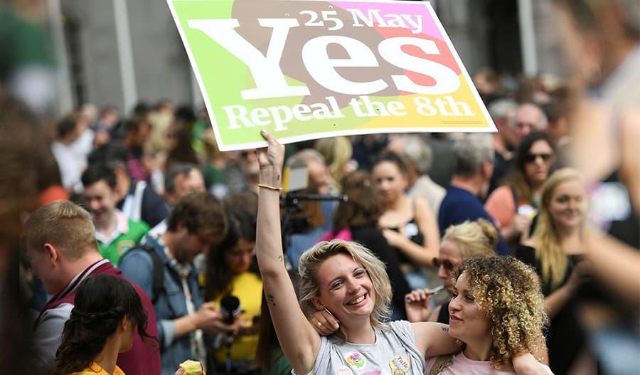 Ihmisiä juhlimassa, kun Irlannin kansanäänestys kumosi tiukan aborttilain.