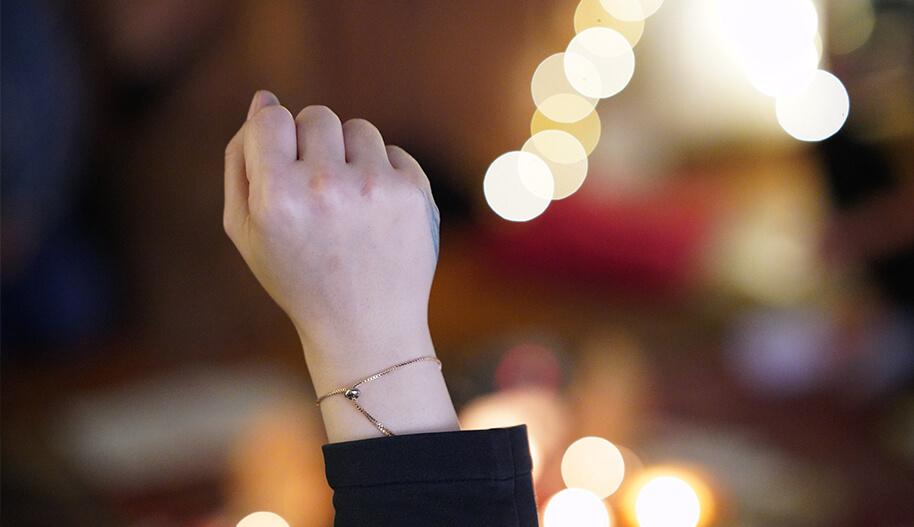 Nainen nostaa käden ilmaan