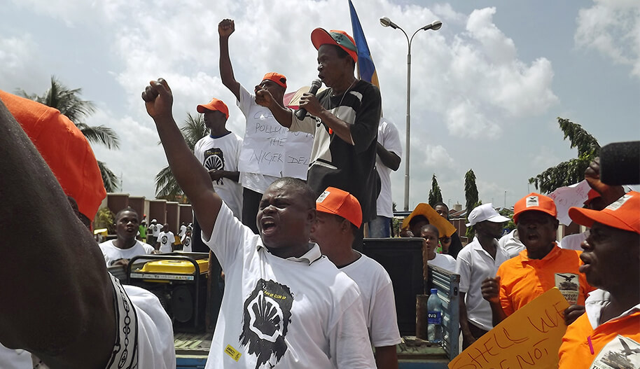 Ihmisiä mielenosoituksessa vaatimassa Shelliä vastuuseen öljyvuodosta.