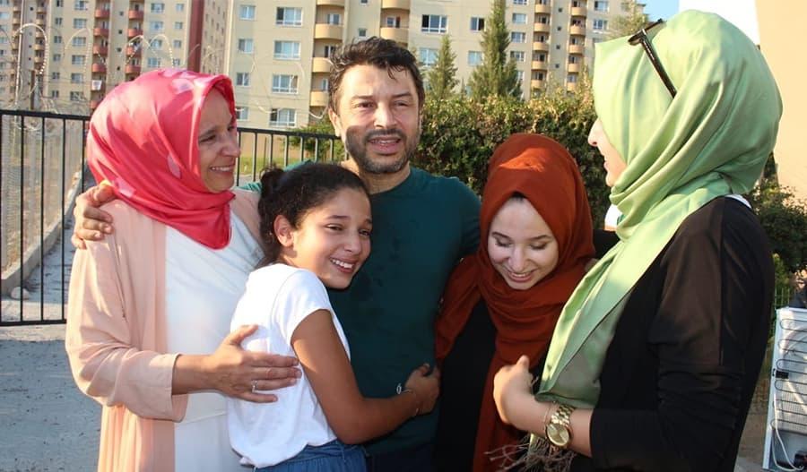 Taner Kiliç iloitsee vapautumistaan perheensä kanssa.