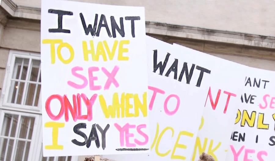 """Kylttejä mielenosoituksessa. Tekstinä: """"I want to have sex only when I say yes"""""""