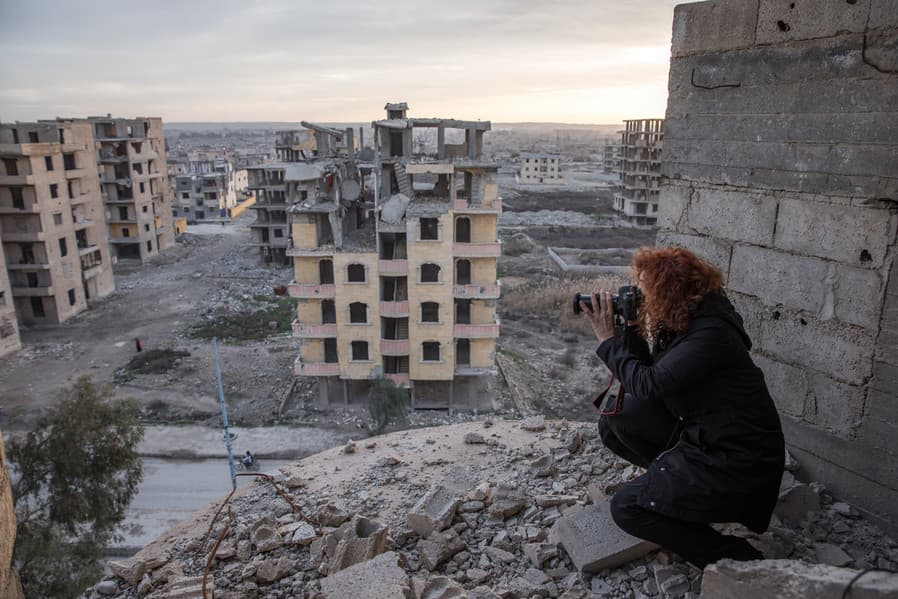 Amnestyn tutkija Donatella Rovera kuvaamassa pommitettua Raqqan kaupunkia Syyriassa 2019