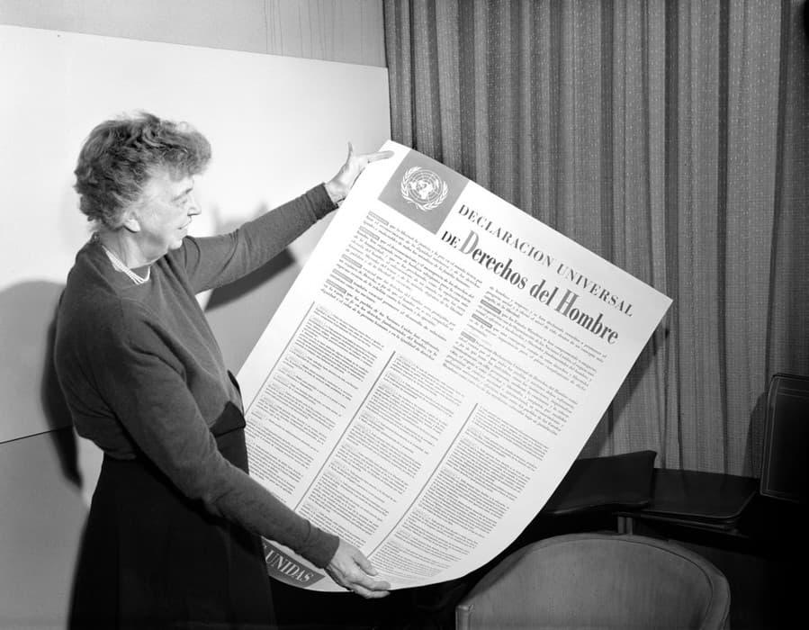 Eleanor Roosevelt pitää käsissään YK:n ihmisoikeusjulistusta