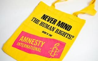 Never mind the human rights-kassi, Keltainen pohja, kyseinen teksti mustalla ja pinkki Amnestyn logo